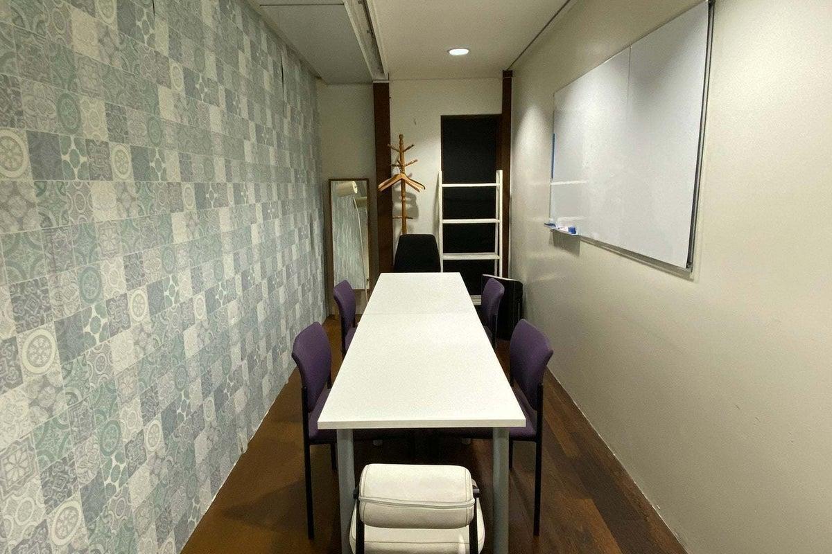 【チガラボ】茅ヶ崎駅徒歩5分/コワーキングスペース内にある会議室 最大10名着席可能 Wi-Fi(光回線)あり の写真