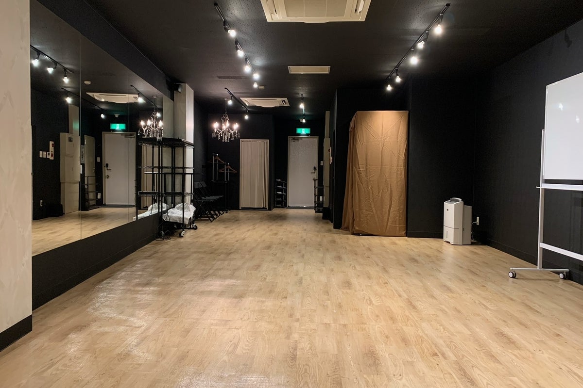 【女性に選ばれる渋谷のダンススタジオ】スマホ音源対応・定員20名の広々スペース・全面鏡張りでレッスン向き の写真