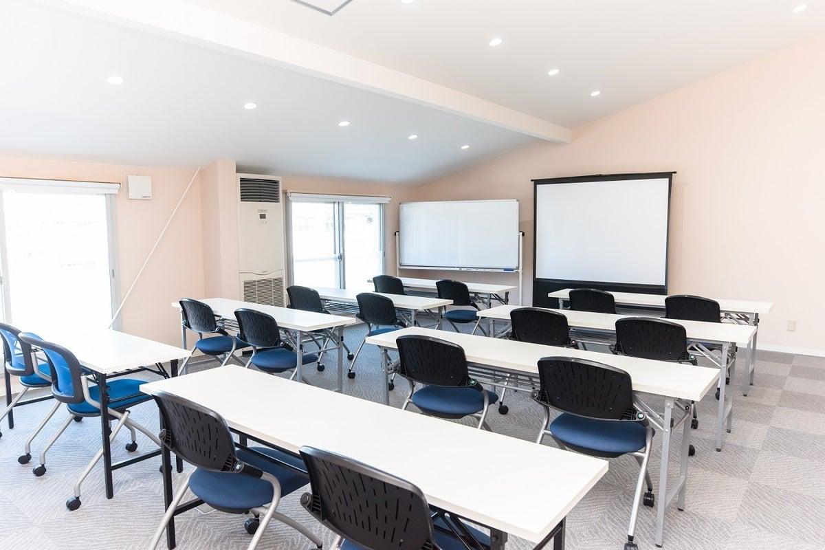 コワーキングスペース併設の貸し会議室 プロジェクタ― ホワイトボード完備 フリーWi-Fi の写真