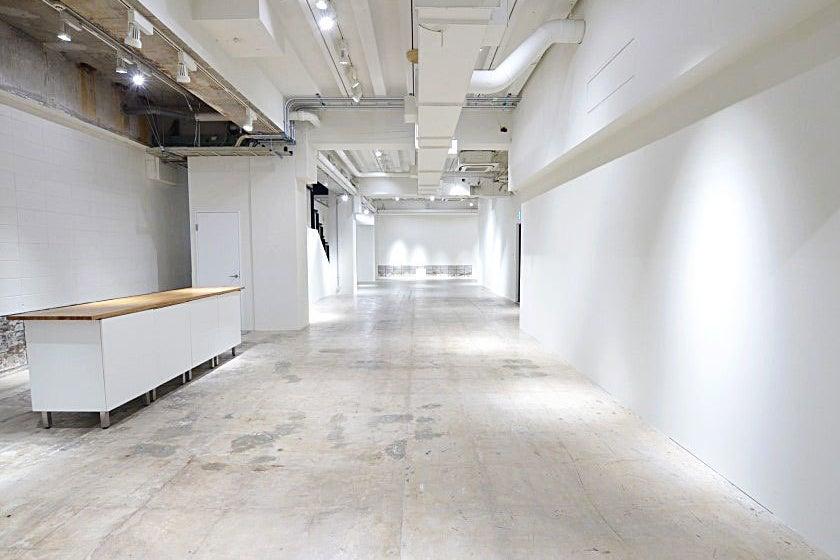 【B101】天井高約4mの開放感あふれる空間のスタジオ。心斎橋駅、本町駅すぐのレンタルスペース。【大阪市中央区】 の写真