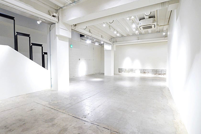 【B1-1フロア】吹き抜け部分約7mの開放感あふれる空間のスタジオ。心斎橋駅、本町駅すぐのレンタルスペース。【大阪市中央区】 の写真