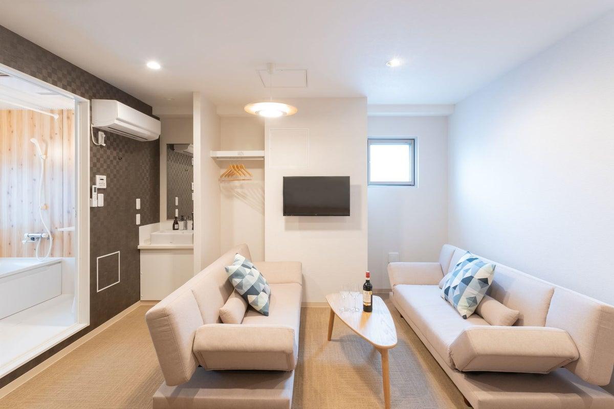 《景色一望可能なバス付き》ご家族・グループ・カップル利用に最適なお部屋♪ (ダブルベッド1台・ソファベッド2台) の写真
