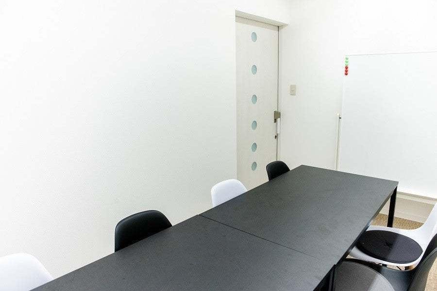 コワーキングスペース併設の貸し会議室 ホワイトボード完備 フリーWi-Fi の写真