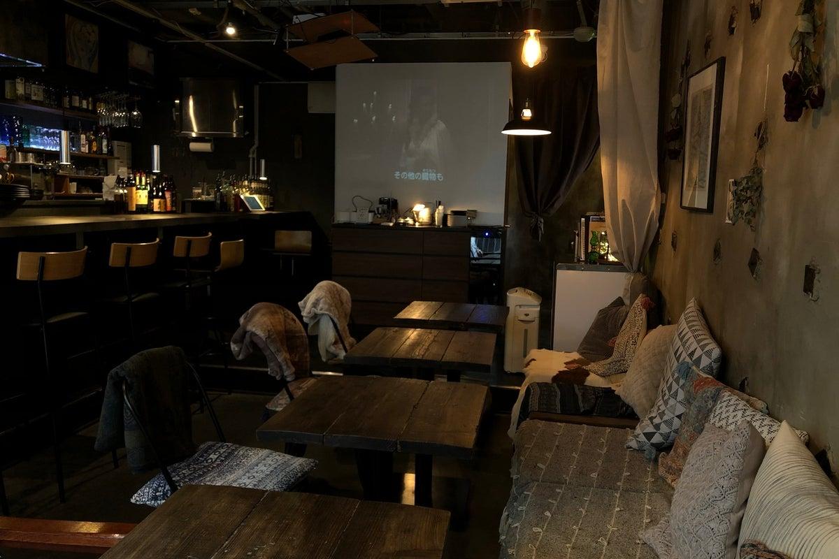 おしゃれなカフェバー空間で撮影や収録、会議など様々なシーンでご利用いただけます。 の写真
