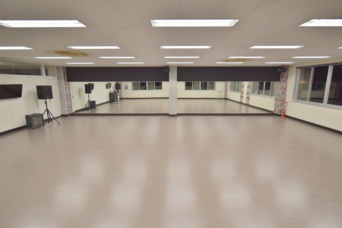 広い駐車場有り!窓が多く換気のしやすい環境。ダンススクールにも最適です! の写真