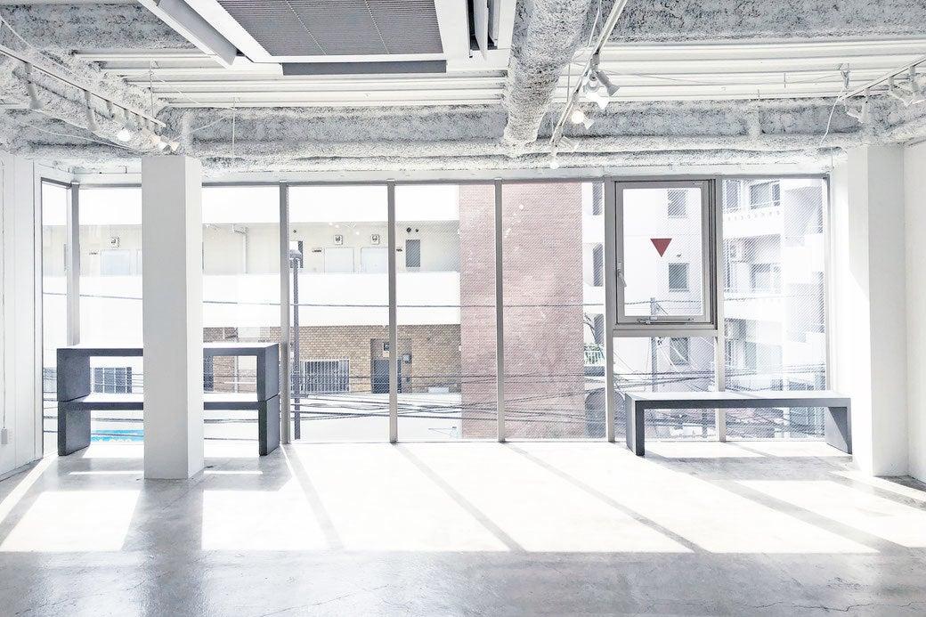 渋谷OZstudioガラス張りの白い空間 の写真