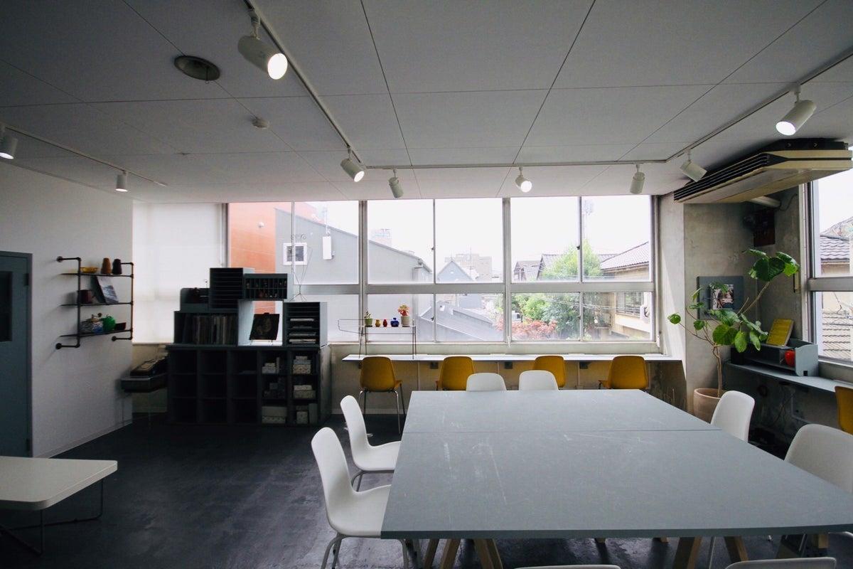 窓が広く開放的なスペース!会議利用や、ワークショップ、作業場、商品撮影としてご利用いただけます。 の写真
