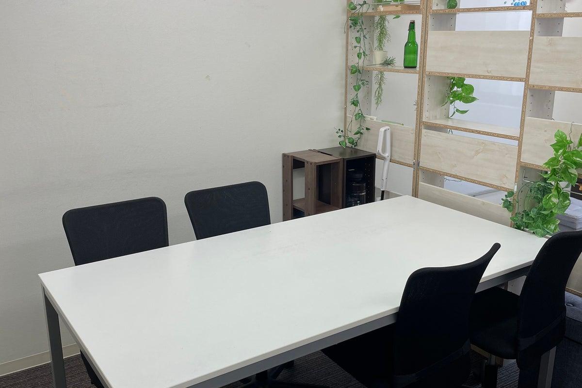 袋町駅目の前!机2台、椅子6脚+ソファ完備!完全個室で会議利用、レッスンなどに! の写真