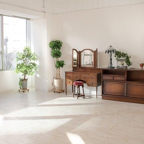 自然光差し込むお部屋なので家具などの大型商品の撮影にもぴったり