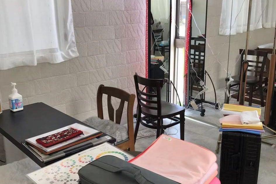 【大きな鏡が魅力】ヘアメイク・カラー診断・マッサージ・フラメンコ・Web会議等に最適な多目的スペースです。 の写真