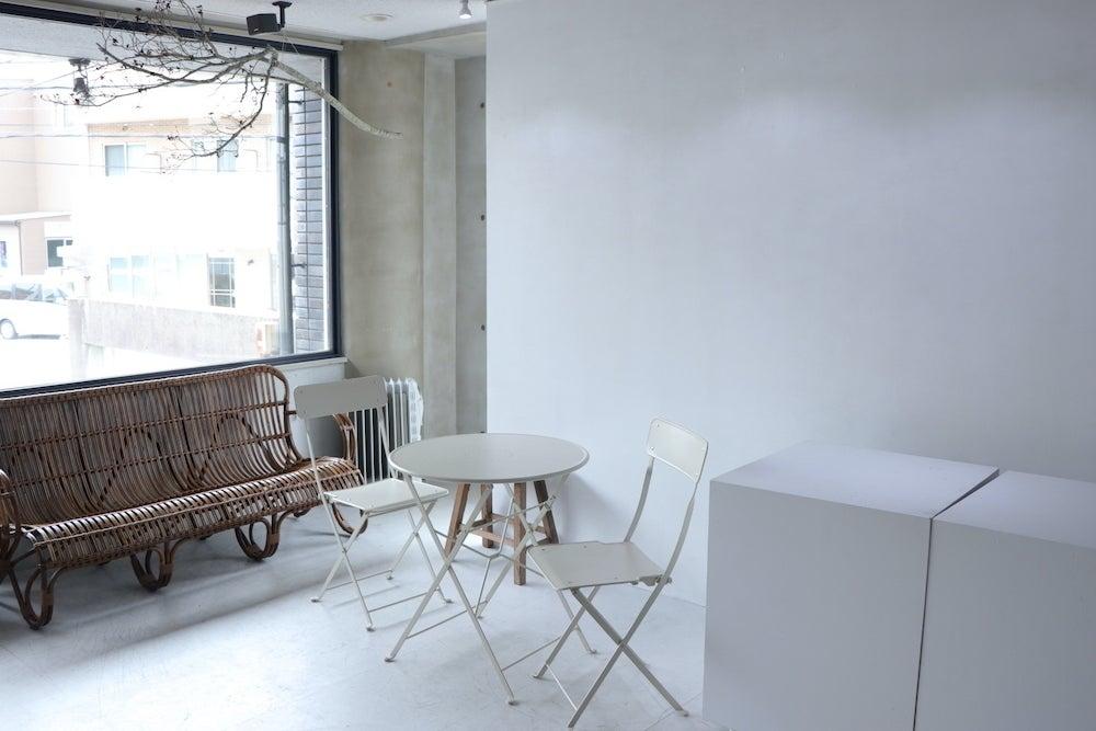白を基調とした無機質なスペース。撮影やイベント、展示会(応相談)などにお使い頂けます。 の写真