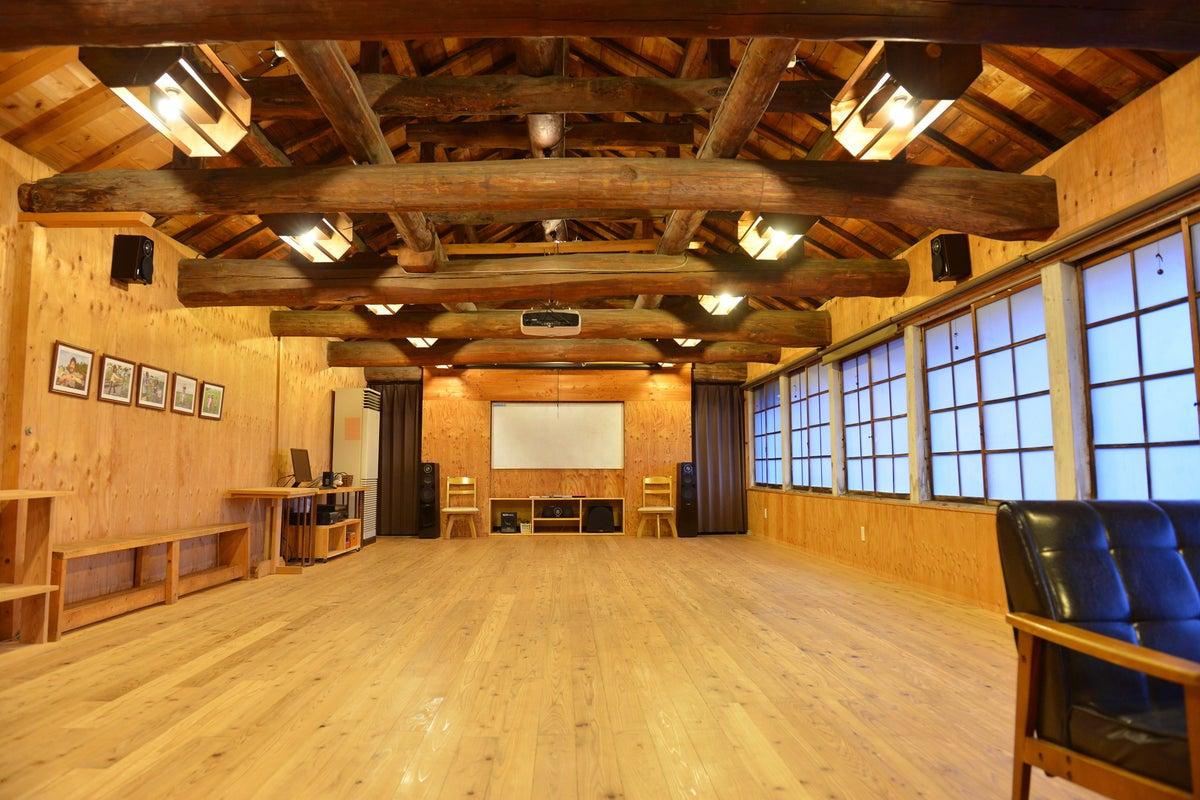 農園の繭小屋をリノベーションした2Fフリースペース。1Fのカフェとコラボ。交流会・上映会・セミナーでも。 の写真