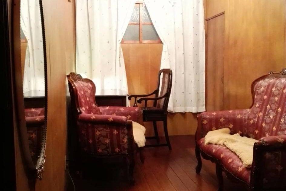 Toga40:テレワークに!Wi-Fi有。静かな古民家の完全個室!大正浪漫風の応接セットとデスク。打合せや撮影など。軽一台駐車可 の写真