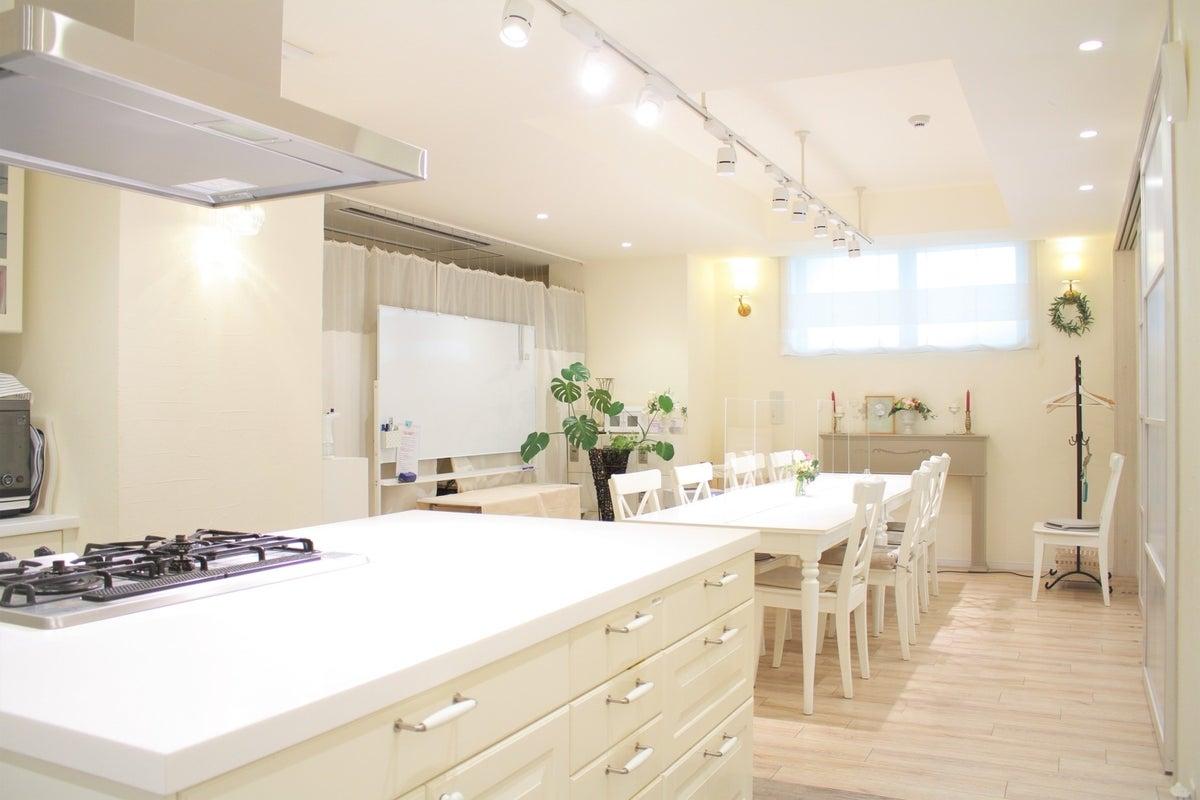 【大阪駅から10分】ヨーロッパ調の真っ白なクッキングスタジオ・広いアイランドキッチン&豊富な備品が人気!ソレイユ  の写真
