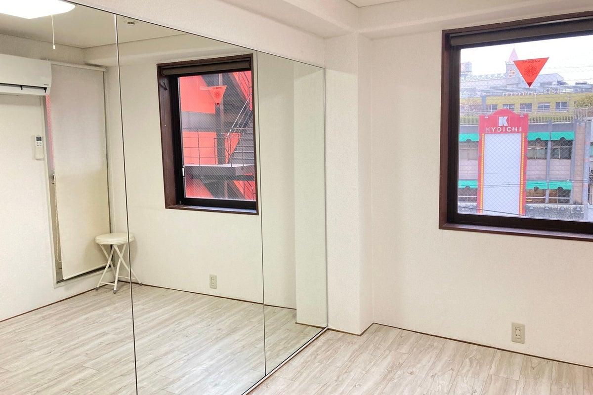 【京橋駅徒歩1分】ダンスができるレンタルスタジオ/幅2.5mの鏡/フローリング/ダンス、ヨガ、トレーニング等に最適 の写真