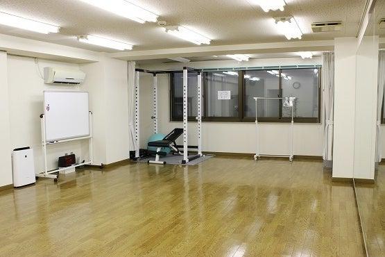 【横浜駅近】ダンスができるレンタルスタジオ/幅5.3m、高さ2mの大型鏡、フローリング/ダンスやバレエに最適なレンタルスペース の写真