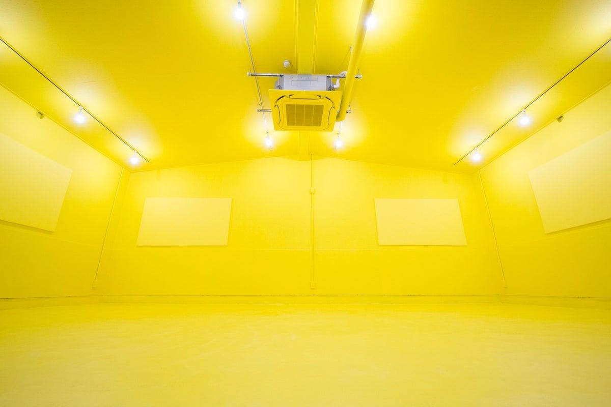 最大8カメラアングル、音響機器完備の黄色いスタジオ 音楽ライブ配信などに! の写真