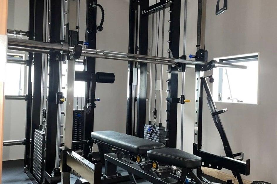 トレーニングジム、スミスマシン付き、アイランドキッチン、ユニットバス、三面鏡、ドライヤー、一棟まるまる貸し の写真