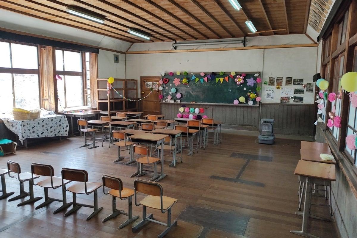 築100年近い木造校舎の「1年1組」はペット専用です コスプレやポートレート撮影大歓迎!。営業時間9:00-17:00 の写真
