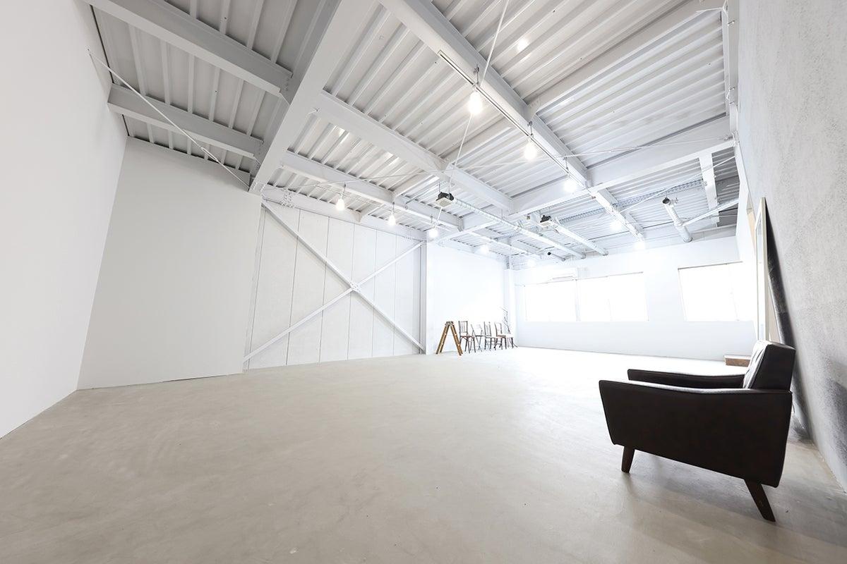 白ホリ、自然光、屋上、様々な撮影シーンが演出できるスタジオ! の写真
