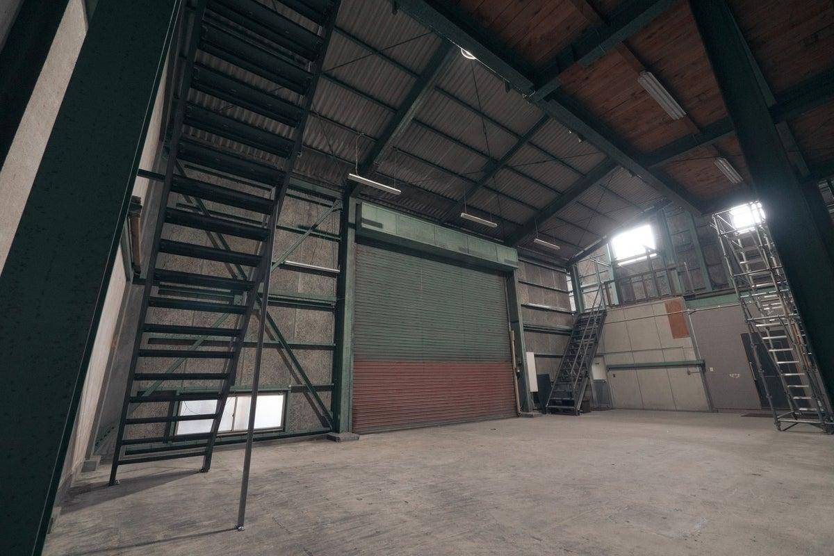 天井高20mの巨大倉庫スペース/豊富な機材/太陽光も十分、遮光も可能 の写真