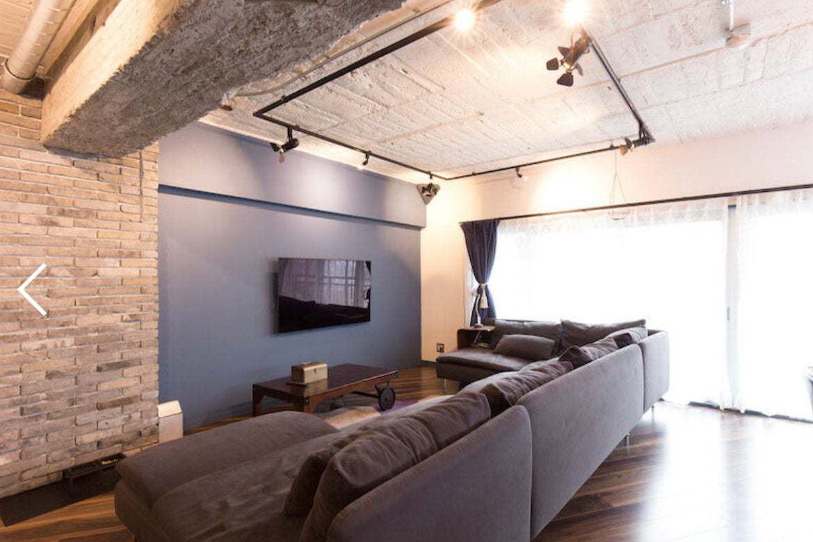 落ち着きのあるモダンな内装の室内は、二面採光で自然光が豊富に入り撮影のしやすい環境 の写真