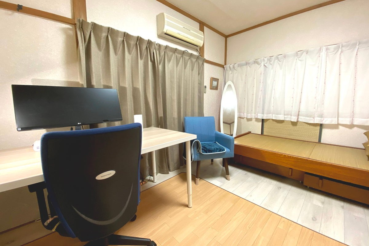 ワイドモニタのあるテレワークオフィス の写真