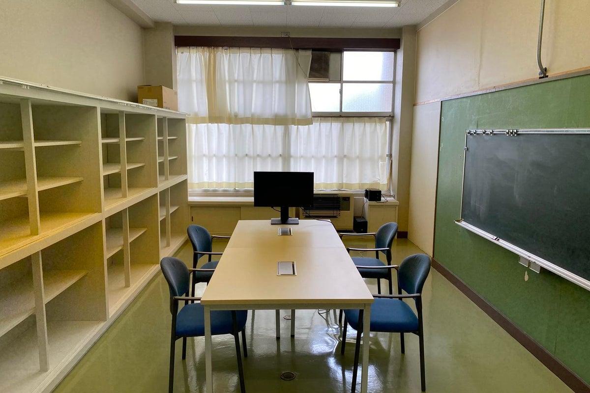 ワーキングスペース【1F】 普通教室の半分のサイズ オンライン会議やグループワークに最適 の写真
