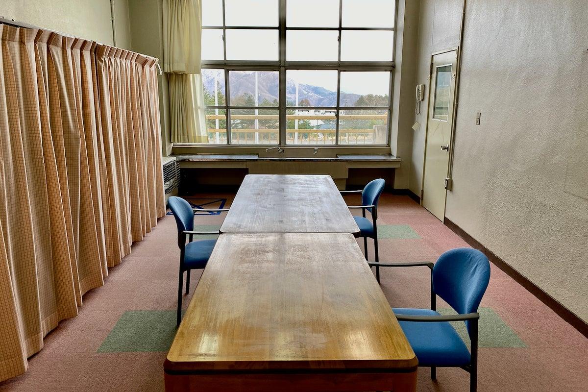 ワーキングスペース【2F】 普通教室の半分のサイズ オンライン会議やグループワークに最適 の写真