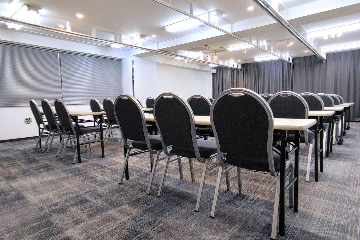【コンファレンス横浜】■ConferenceHall横浜■白を基調とした横浜で人気のレンタルスペース★窓があって明るいです★ の写真