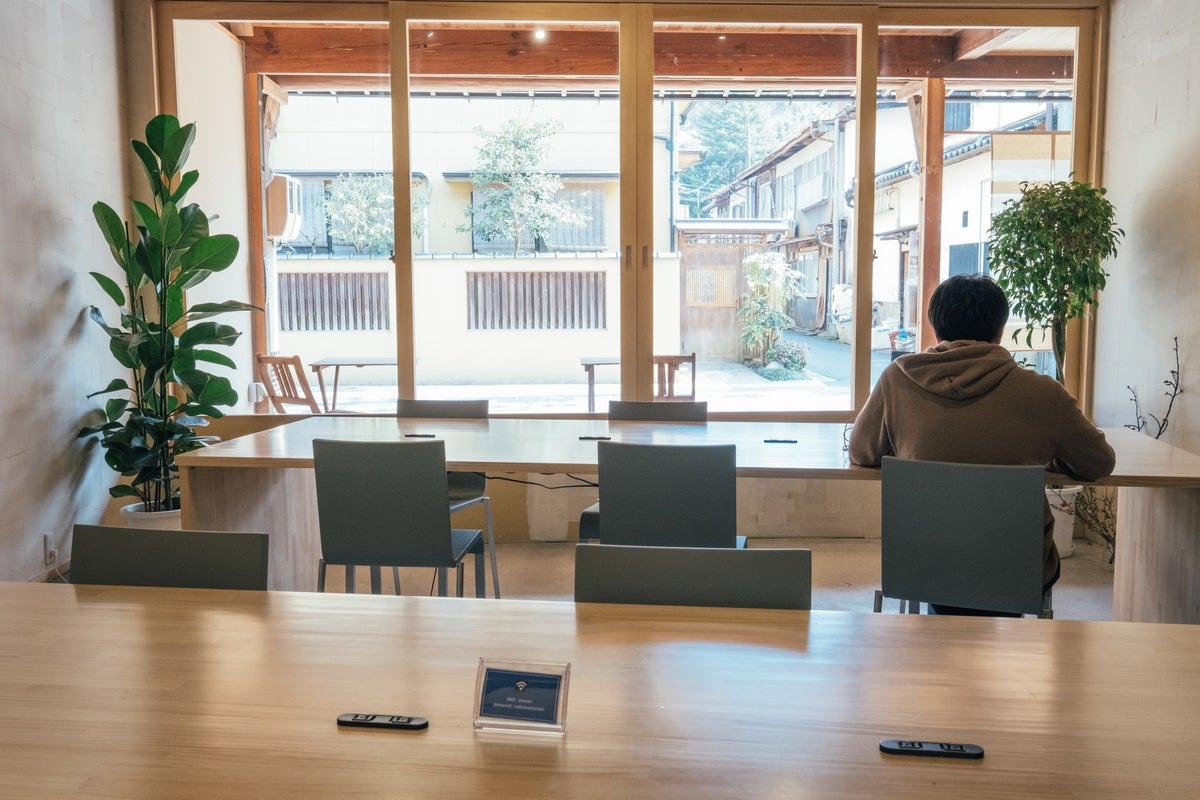 古民家を改修したシェアオフィス!気持ちのいいデッキスペース付!リモートワーク・貸し会議・ママ会・イベント利用などに! の写真
