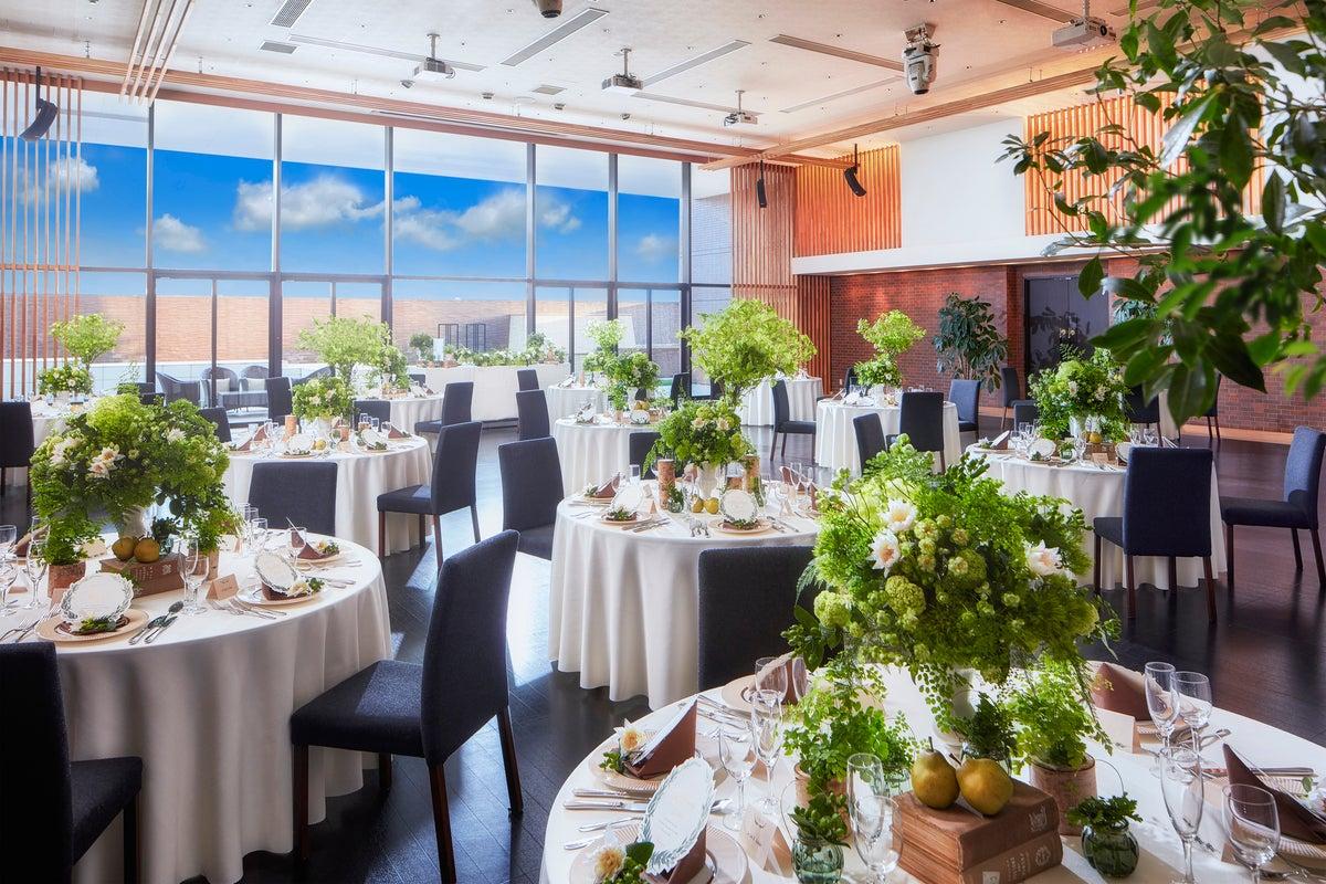 【宮城県富谷市】高さ5.1mの天井まで届く大きな窓から陽光がたっぷり射し込むイベントスペース(システィーナ) の写真