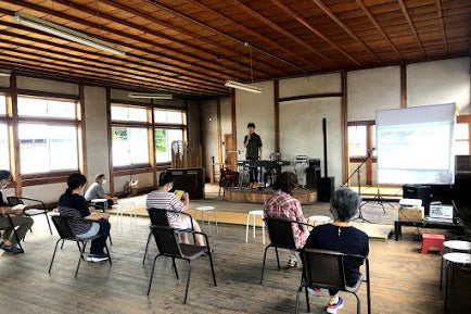 津市白山町の旧村役場を改装した昭和レトロなシェアスペース の写真