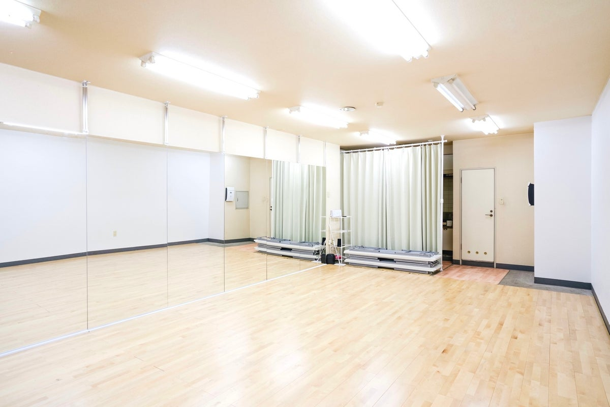 コロナ禍でも踊れる!熊本駅近く、全身鏡と無垢材フローリングのダンススタジオ の写真