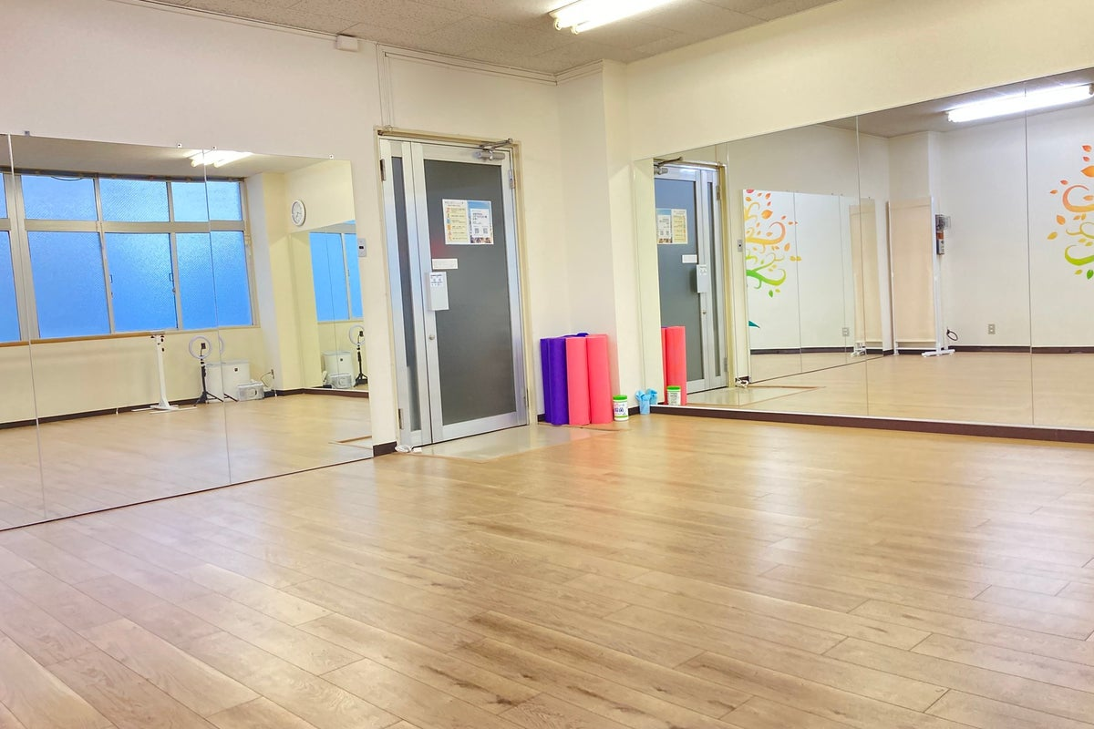 【近鉄奈良駅徒歩1分】ダンスができるレンタルスタジオ/鏡面2面(4.5mと2.7m)/フローリング/ダンス、ヨガ等に最適 の写真
