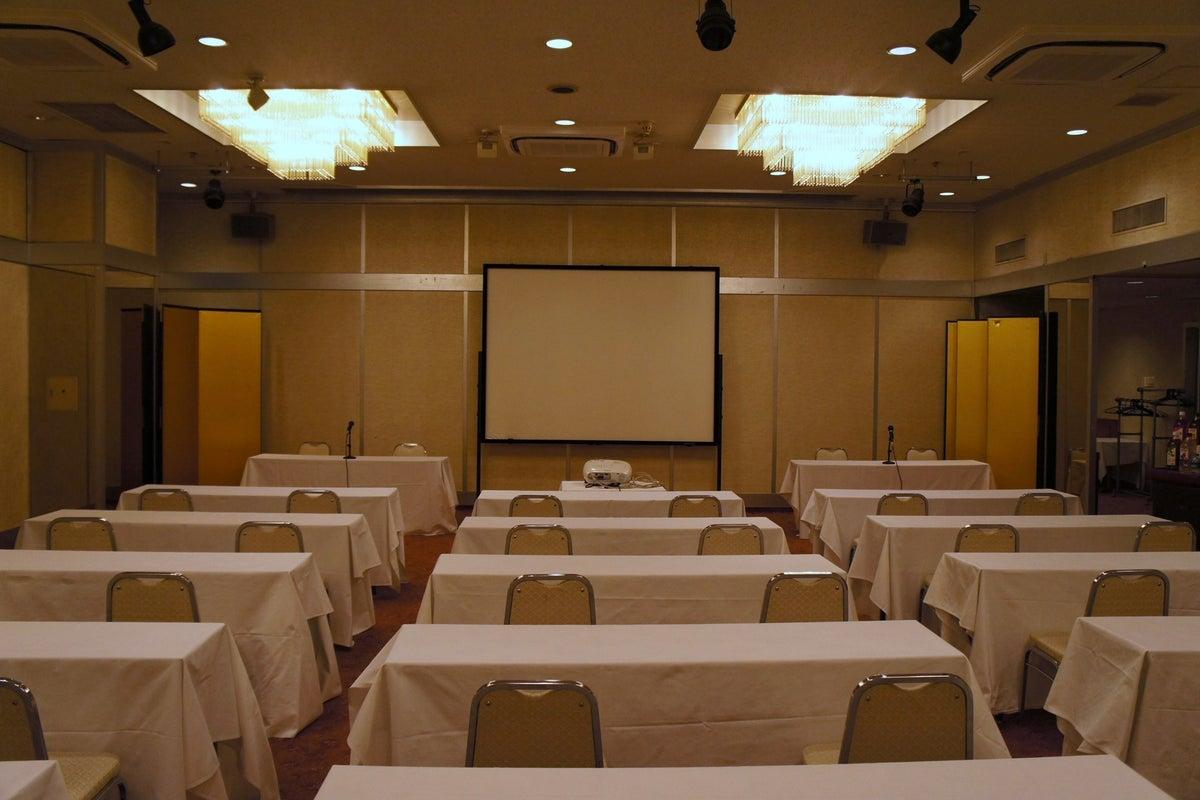 JR松山駅からすぐ。各種講演会や会社説明会、学校の懇談会や入学試験会場としてなど幅広くご利用いただいております。 の写真