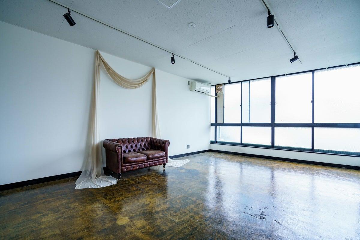 外光が入るシンプルなスタジオスペース!コスプレ撮影、プロフィール撮影、会議利用などに! の写真