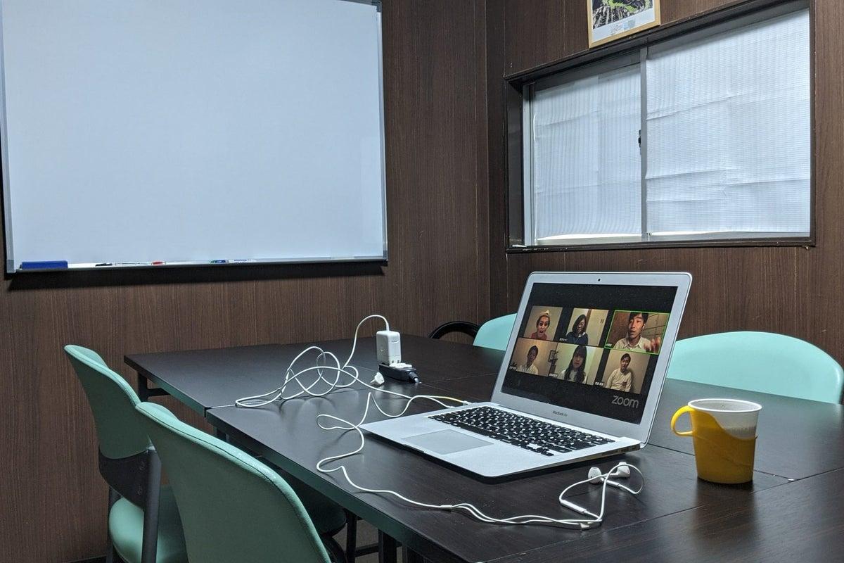 少人数でのミーティングや勉強会等に好評の会議室!完全個室なのでテレワークにも最適!コーヒーや紅茶等フリードリンクもあり◎ の写真