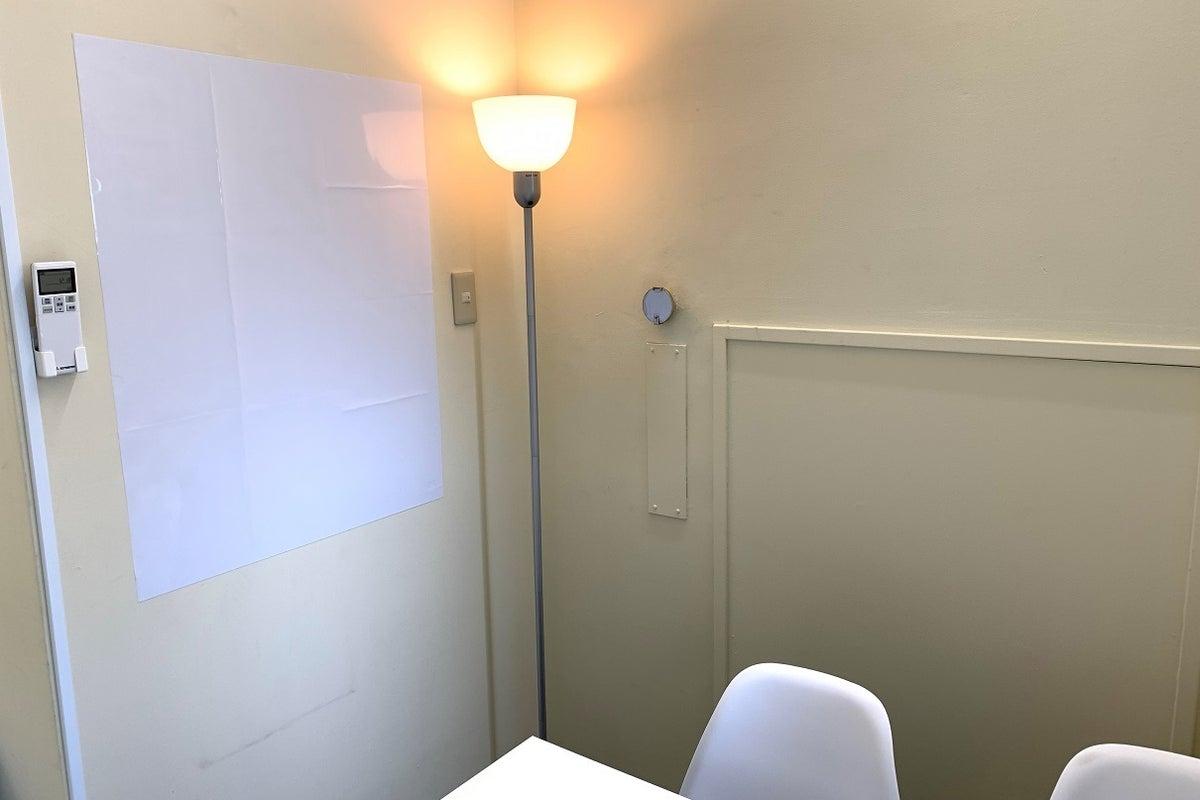 (Wi-Fi設置)本町駅徒歩2分の利便性。低価格で換気ができる完全個室のレンタルスペースです。商談、テレワークとしても活用可能。 の写真