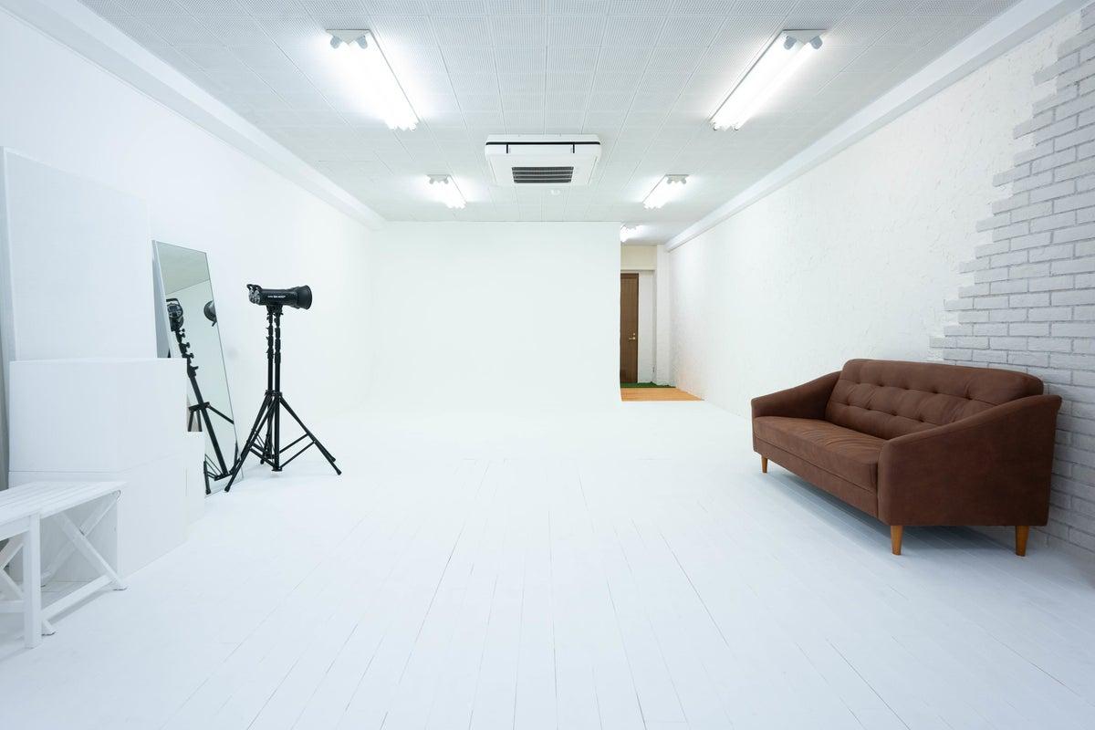 馬車道駅から徒歩2分、みなとみらいエリアの白ホリ付きハウススタジオ の写真