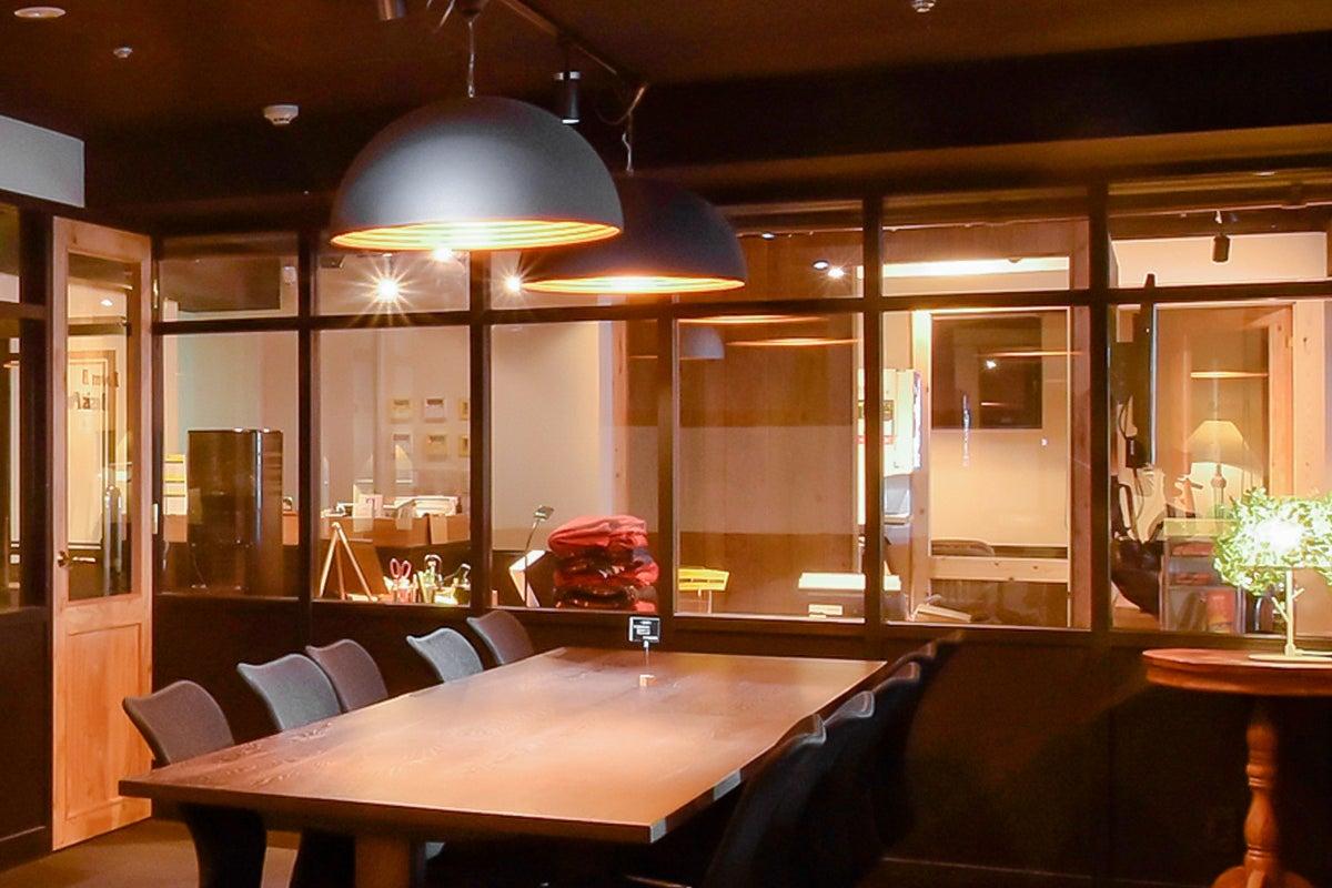 【新橋駅30秒!】テレワークに最適なハイグレード会議室!ビデオ会議/Wi-Fi/モニター/ドリンクバー完備/(RoomB) の写真