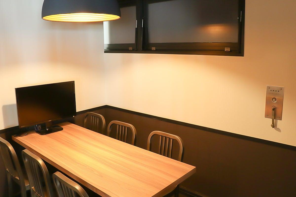 【完全個室】テレワークに最適♪ 落ち着いた雰囲気の小会議室/ビデオ会議/Wi-Fi /モニター/ドリンクバー完備 の写真