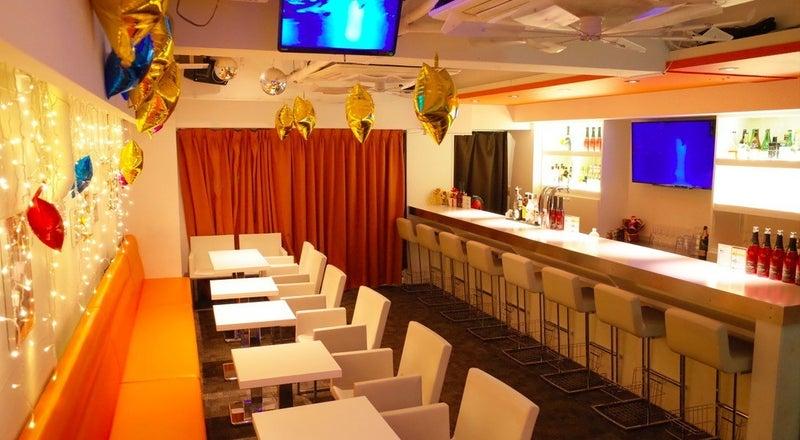 恵比寿駅徒歩1分!カラオケ、ミニステージあり、清潔感のあるカフェスペースで会議からパーティーまで多様な用途に♪