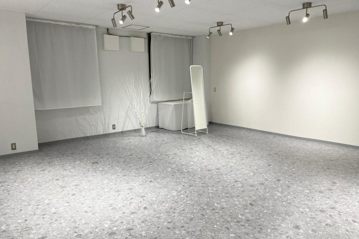 前日まで予約ok!!白を基調としたシンプルな撮影スタジオ!! の写真