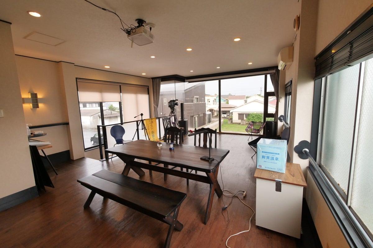 手ぶらで来てもzoom会議やyoutube配信もでき、150インチの大型スクリーン/音響設備がある多目的スタジオ の写真