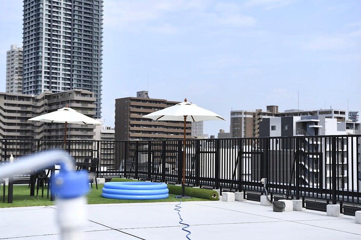 屋上スペース約70坪!写真・動画撮影(コスプレOK)、屋外ヨガ教室、放課後保育 持込貸し切りプールなど の写真