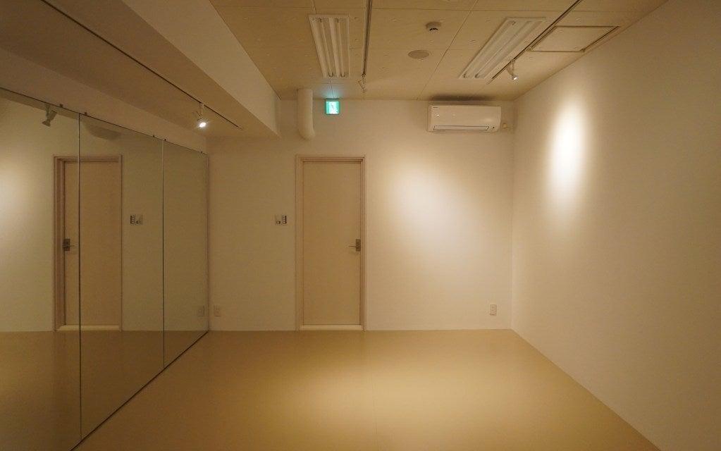 Bスタジオ スポットライト(調光可)で落ち着いた雰囲気でレッスン、稽古が行えます。