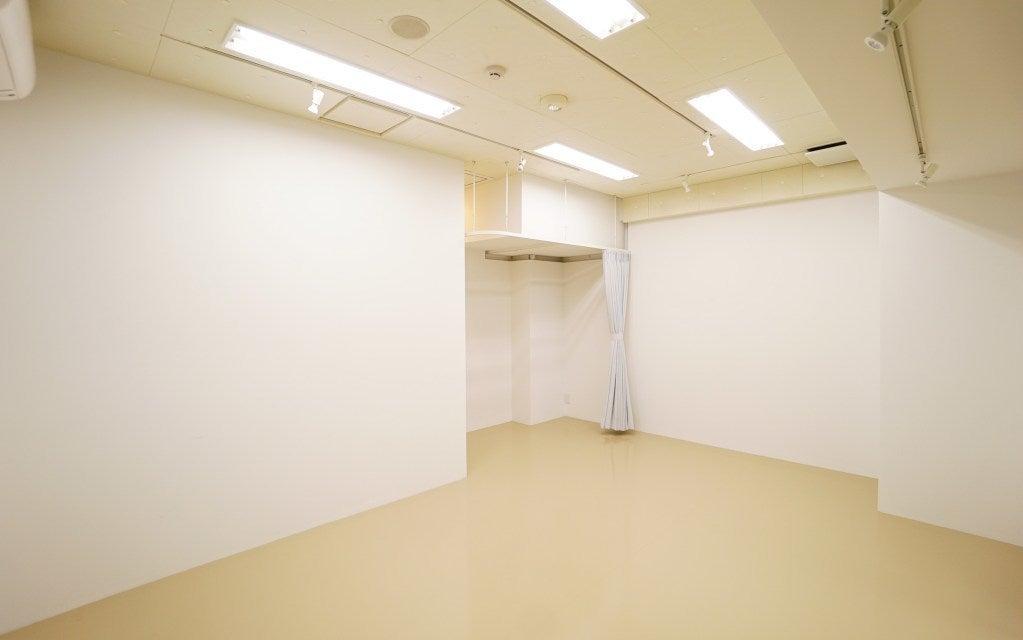 Bスタジオ ベースライト(蛍光灯)白を基調とした清潔感溢れるスタジオです。WiFi接続無料、長机を用いたミーティングや会議にもご利用いただきやすくなっております。