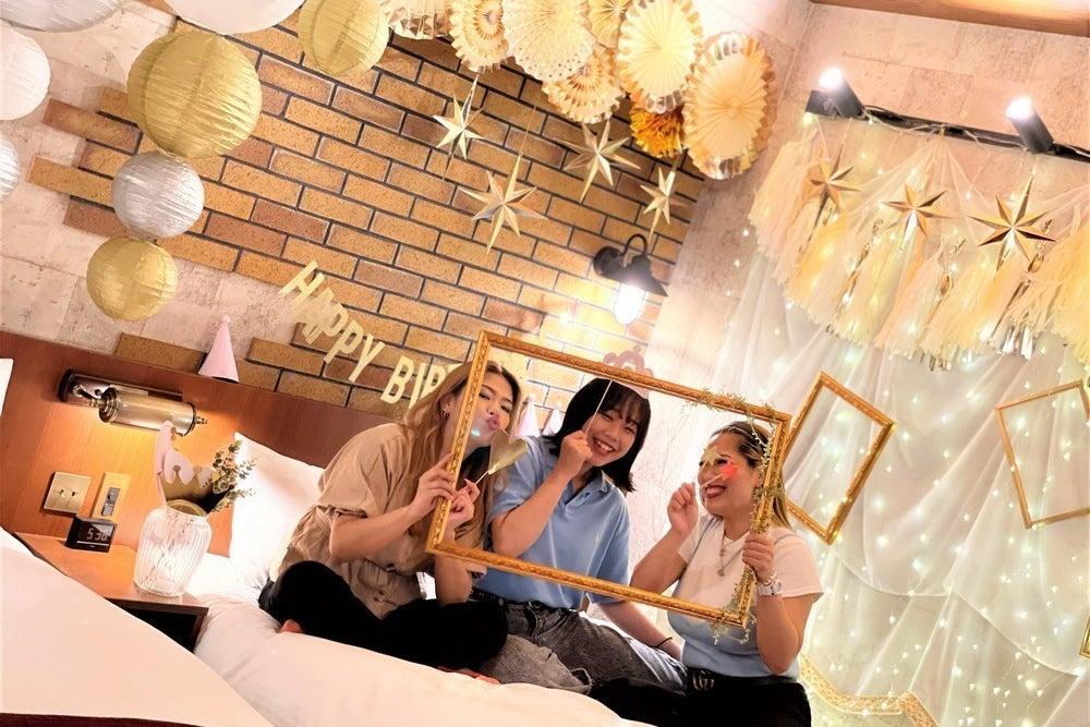 【河原町五条_Birthday】バースデー専用ルーム✨豪華なキラキラ装飾で非日常💝キッチン完備🍰誕生日パーティを楽しもう🎉 の写真