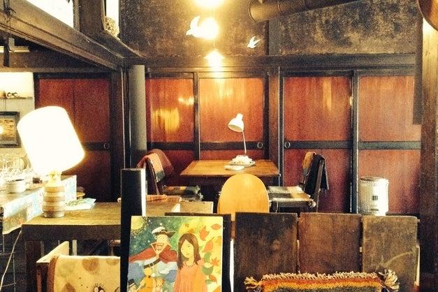 イロリが残る、古色豊かな板張りの部屋、土間の上に古材を使ってひいた床。古き良き日本を感じながら、使い方は皆様の感性でどうぞ。 の写真